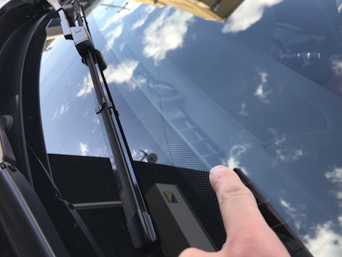 フロントガラスに飛び石の傷、直せば車検合格!