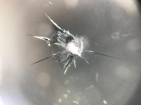 フロントガラスに飛び石で小傷、一番良い修理方法!