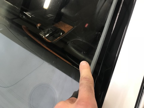 フロントガラス端から10cm以内のヒビもウインドリペアで修理