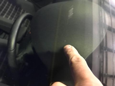 飛び石被害でフロントガラスに傷がついたら、すぐに修理して下さい!