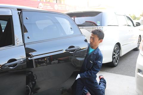 車のドアパンチ被害のヘコミを修理する一番良い方法とは?