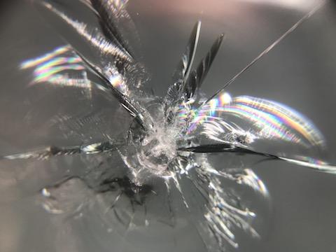 フロントガラスの飛び石被害、100円玉以上の傷も交換せずに修理可能!