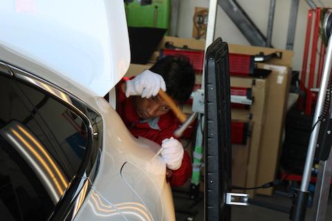 新車早々にヘコミ、塗装しないで数時間で直す修理方法とは?