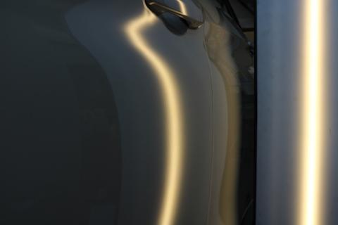 車のプレスラインにヘコミ。輸入車の硬い鉄板も直ります!