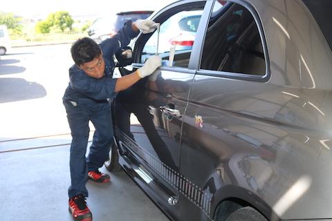 車のドアにヘコミが数カ所、デントリペアで短時間の修理が可能!
