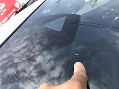 衝突防止センサー付のフロントガラス、交換は高額なので修理で解決!