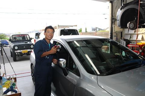 車のピラー部のヘコミ、引っ張り出すデントリペアで修理!
