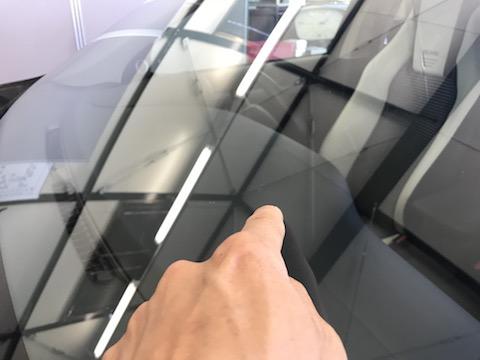 フロントガラスの飛び石被害、複雑なヒビ割れでも直ります。