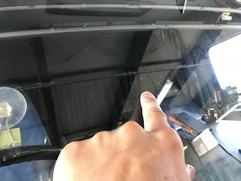 10tトラックのフロントガラス飛び石修理もお任せください!