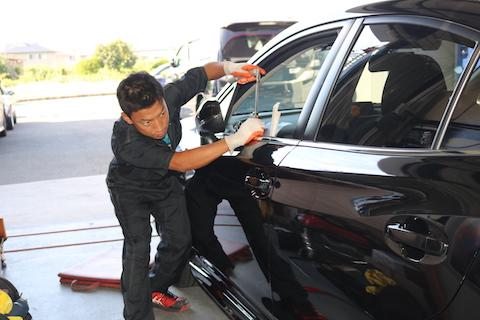 車にドアパンチのヘコミ。一番良い修理方法とは?