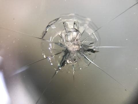 500円玉以上の飛び石の傷、断られたウインドリペアも直します!