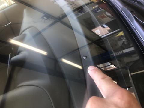 新車のフロントガラスに飛び石被害!ウインドリペアで最小限のご負担!