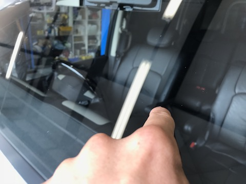 急いで下さい!フロントガラスのヒビは放置すると傷が伸びます!