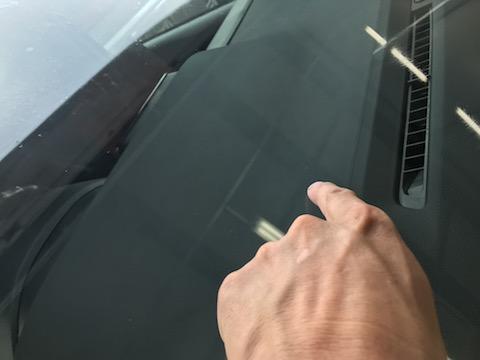 交換チョットまってください、フロントガラスは修理できます!