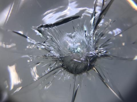 台風被害で、フロントガラスに500円玉を超える傷でも直ります!