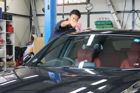 車のルーフにヘコミ。ひっぱりだしてヘコミを直す方法があるんです!
