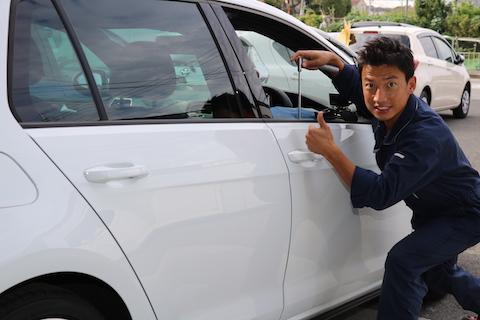 車にエクボのヘコミ。気になるけど、塗装修理したくないならデントスマイルへ!
