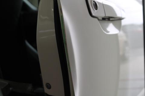 ドアエッジが大きくへこんでも、板金塗装しない修理で即日施工!
