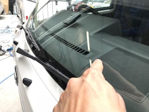 働くお車のフロントガラスに傷!40分程のピットインで修理します!