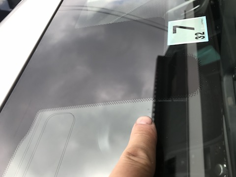 フロントガラスの表面欠けで白く目立つ!修理すれば目立たなくなります。
