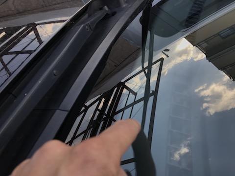 フロントガラスの下側、ウインドリペアで修理出来ない場所もデントスマイルは直します!