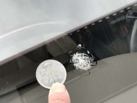他店様で直せなかったフロントガラスの飛び石の修理を直します!