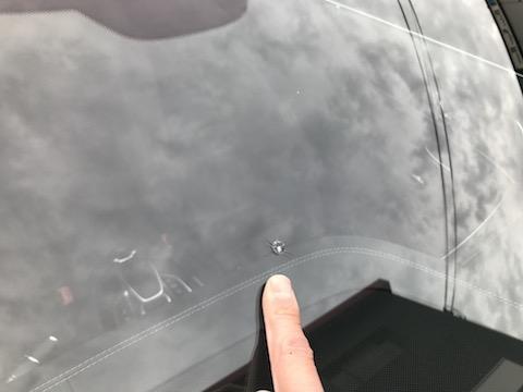 輸入車のフロントガラスに大きな飛び石の傷、ご安心ください直ります!
