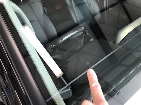 最近の車のフロントガラス交換は20万円と高額修理!修理すれば1.5万円!