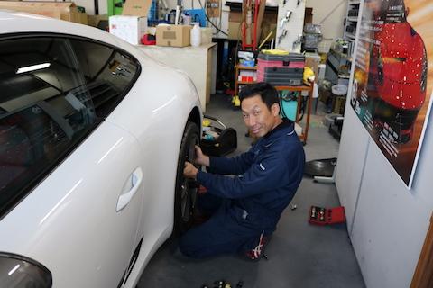 新車のポルシェにドアパンチ被害でヘコミ!1時間の修理で新車のボディに戻りました!