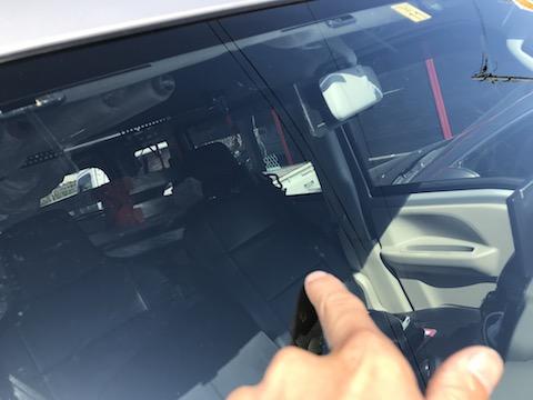 仕事用のお車、ちょっと立ち寄ってもらえれば、割れたフロントガラス修理致します!