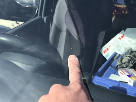 フロントガラスに飛び石被害!ヒビが入っても修理して車検に合格!