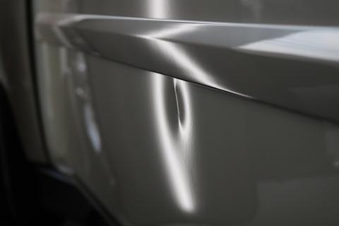 車のドアの大きなヘコミも、塗装しないデントリペアで直します!