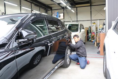 駐車場などで当て逃げされて出来たヘコミ修理は、デントリペアが一番!