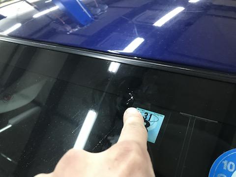 フロントガラスの端に飛び石の傷、交換となる悪条件も直します!