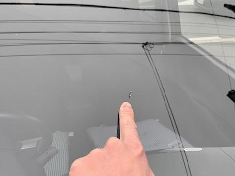 車のフロントガラスに複数の傷・割れがあっても交換より安く修理可能です!