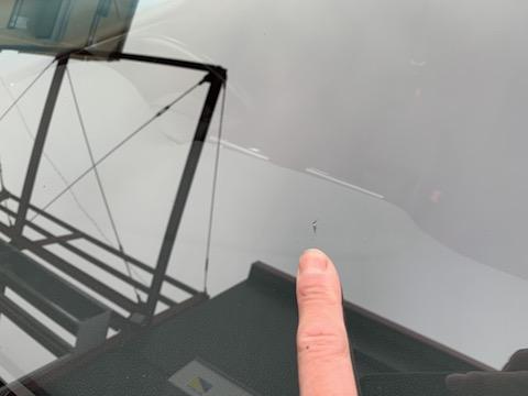 フロントガラスの傷を埋めて固めれば、伸びる事を防ぎ、車検に合格!