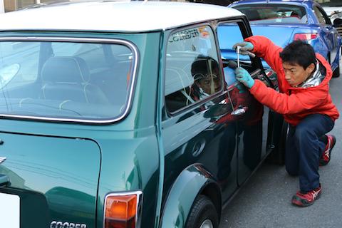 ローバーミニの旧車でも、ヘコミは塗装しないデントリペアで修理!