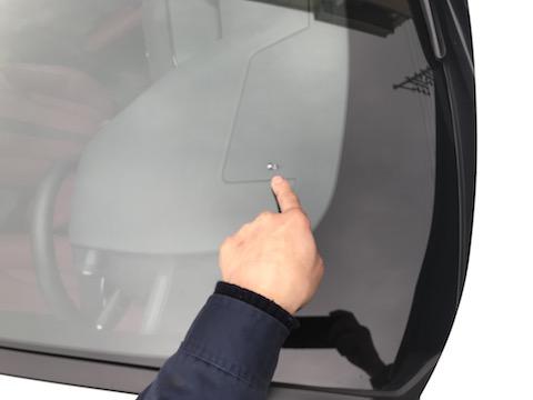 最新レクサス UX200、反対車線からの石でフロントガラス割れても修理可能!