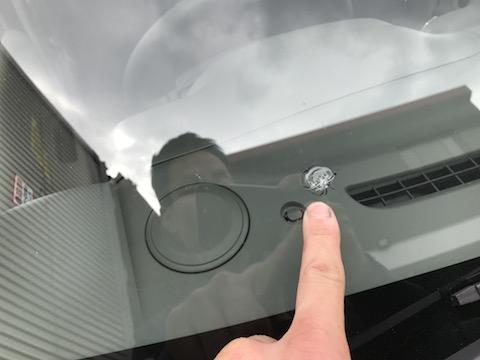 フロントガラスの傷は放置すると高額な交換修理に!デントスマイルは即日修理可能です。