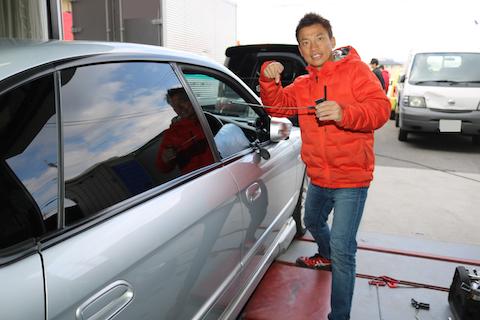 車のドアにヘコミ、難しい端側でもデントリペアで塗装せずに修理!