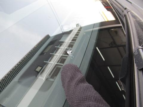 フロントガラスが割れた時の対処方法と修理の流れ
