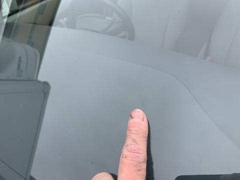 運転中の視界を妨げるフロントガラスの割れ、修理すれば目立たなくなります!