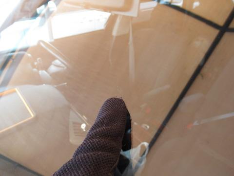 フロントガラスのひび割れは放置すると伸びます!45分だけお時間もらえば直ります!