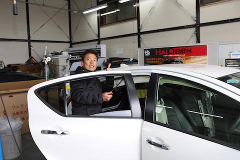 車を洗車中、屋根に手をついて出来たヘコミ、デントリペアが一番良い修理方法!