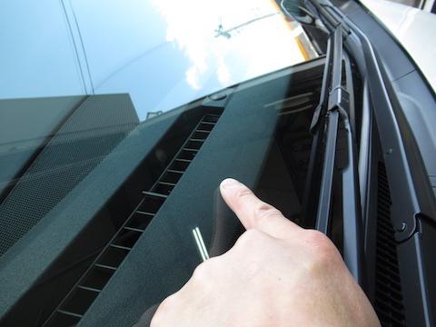 連休中、車で遠出したなら、フロントガラスが割れていないかチェックして下さい!