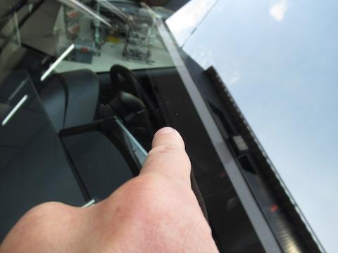 フロントガラス交換と言われた飛び石のひび割れ修理、お任せください!
