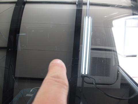 仕事やレジャーで活躍するハイエースのフロントガラス被害は多い!その理由は?