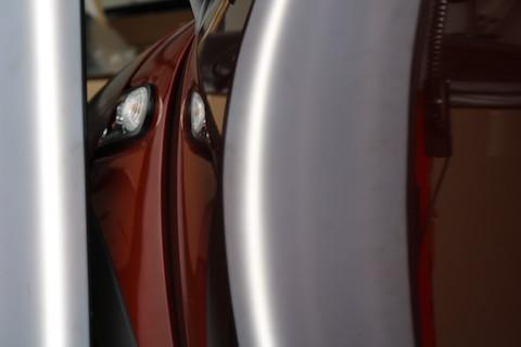 輸入車のドアに大きなヘコミ!デントリペアなら高額修理にならず、チョット待つ間に直ります!