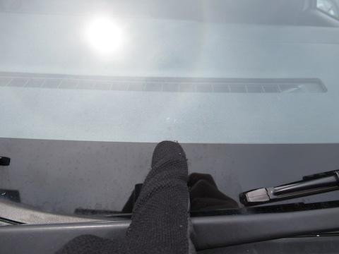 すぐに伸びるかもしれないフロントガラスのヒビ割れ、即時修理します!