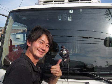 働く車のトラックもフロントガラスのひび割れ修理、40分〜のピットインで直します!